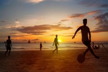 Honnan származik és hogyan kell játszani a nyár legnépszerűbb sportját, a strandfocit?